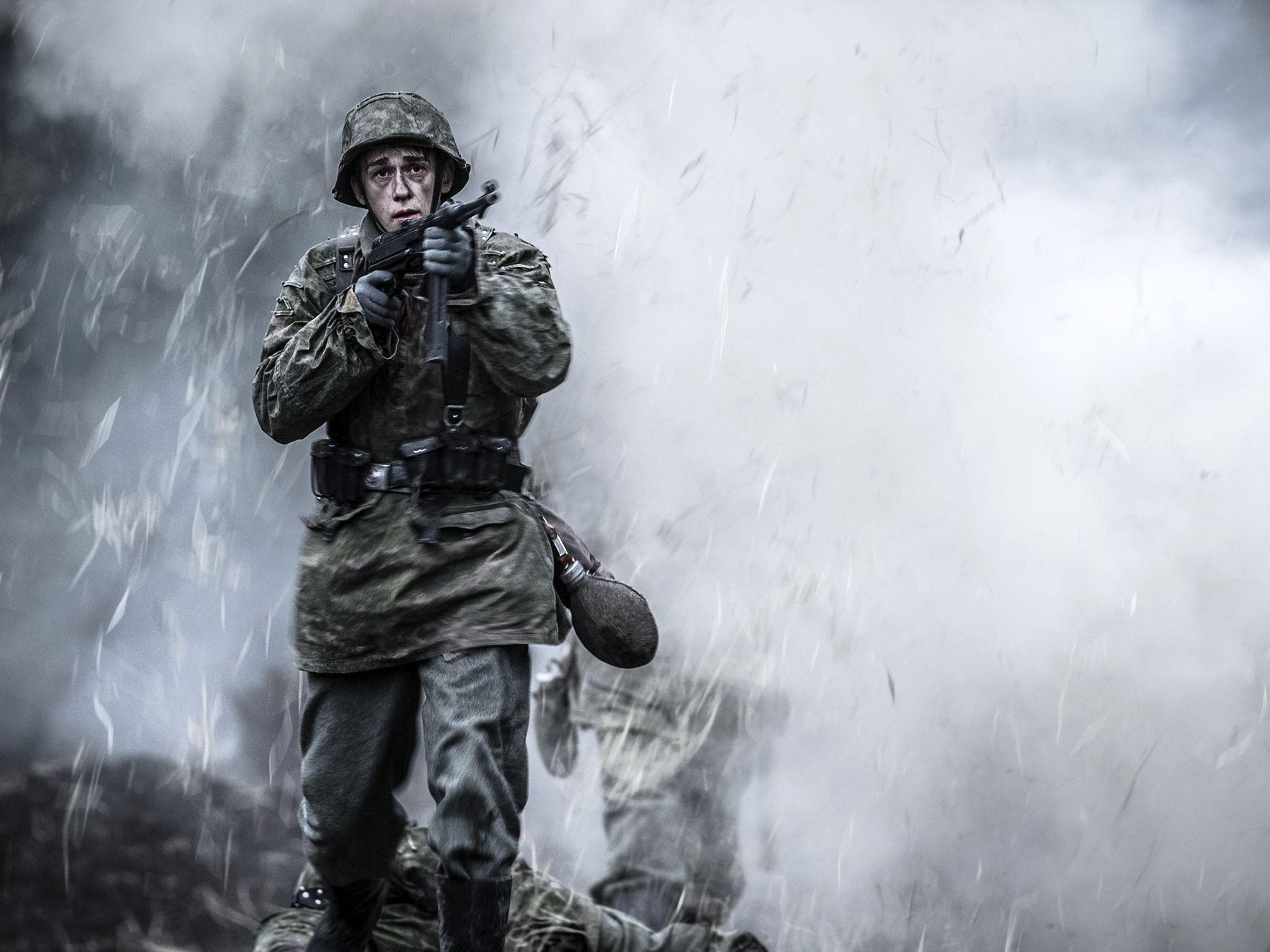 جندي ألماني، يقوم بدوره ديلان بينر، تُكتب له النجاة؛... [Photo of the day - يونيو 2020]