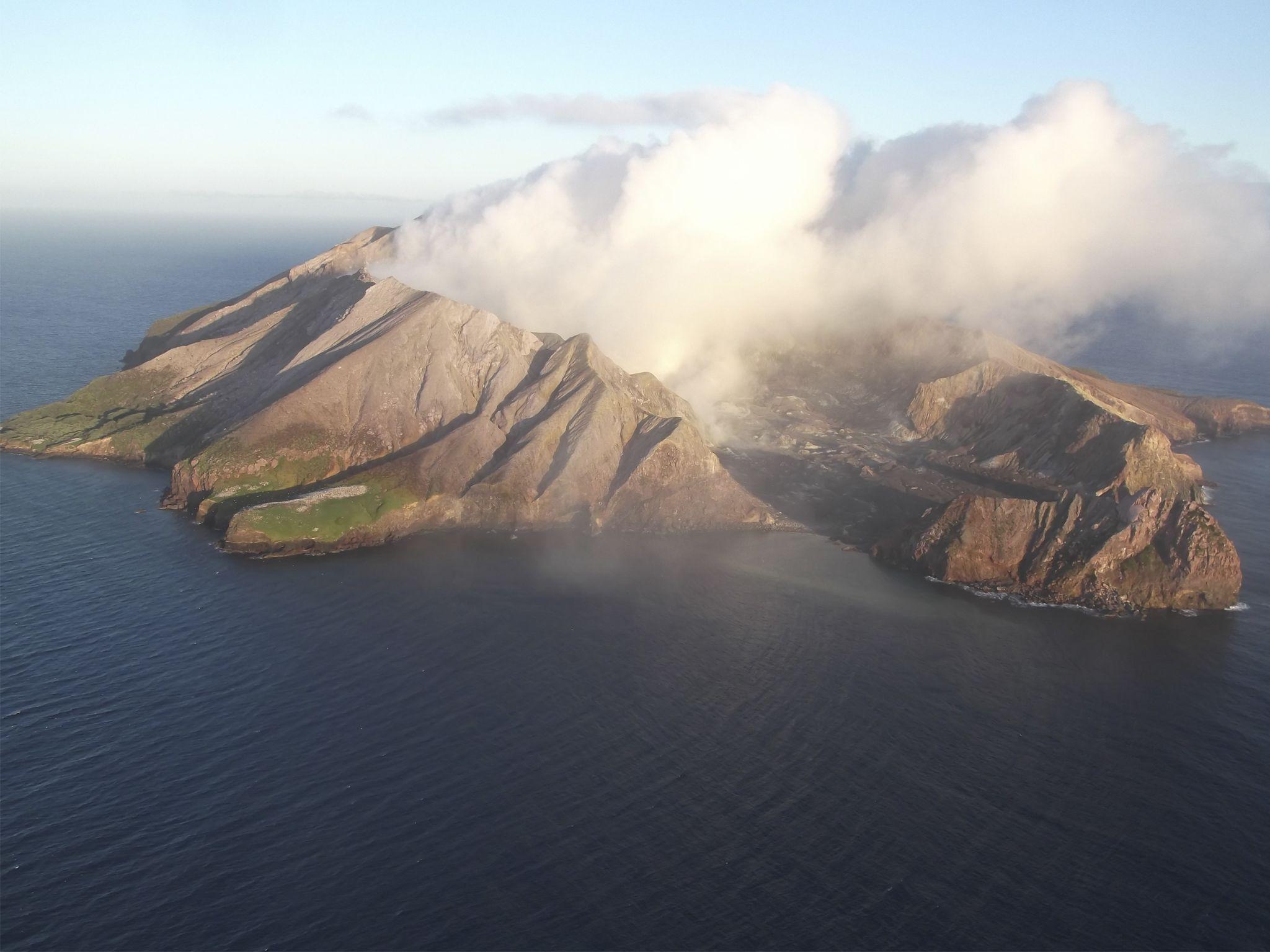 الجزيرة البيضاء هي بركان نشط وسط المياه في شمال... [Photo of the day - يونيو 2020]