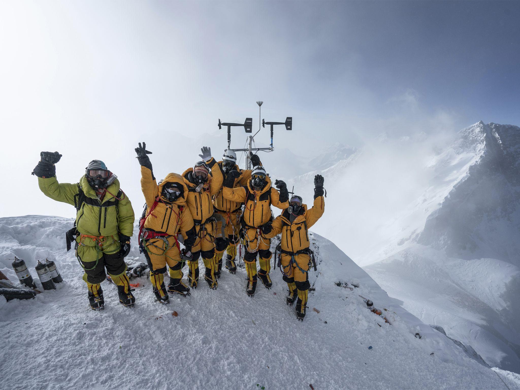 على ارتفاع  8,430 مترًا فوق سطح البحر، يحتفل أعضاء  فريق... [Photo of the day - يوليو 2020]