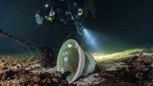 A diver inspects the bell of the... [Photo of the day -  1 OCTOBER 2020]