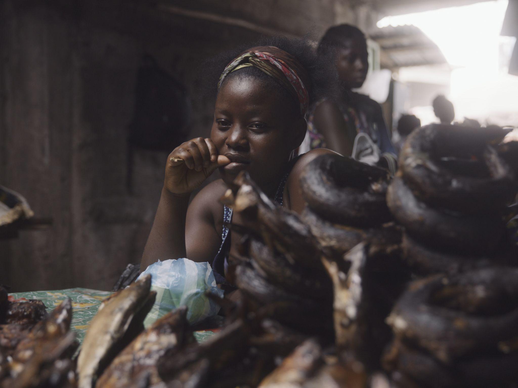 سيدة تبيع لحوم الفرائس في أحد الأسواق وهو يمثل خطرًا... [Photo of the day - نوفمبر 2020]