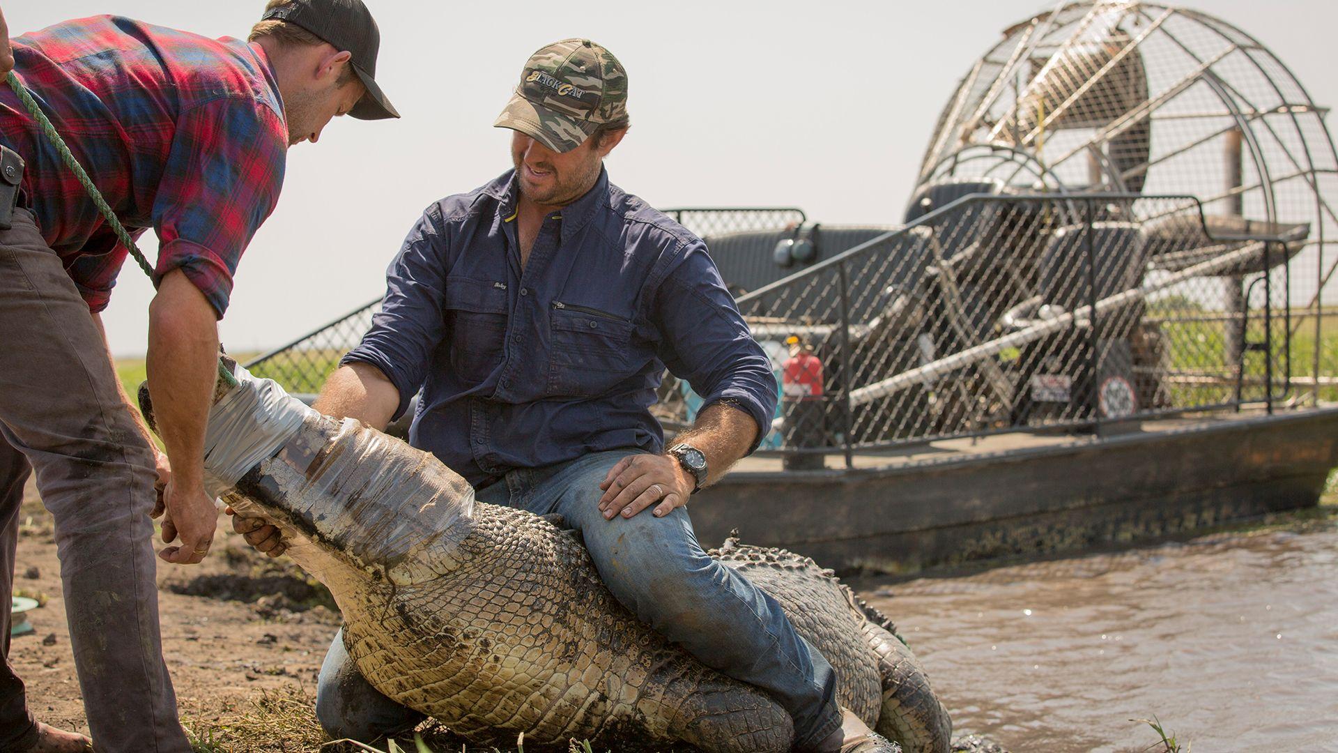 جون يكمم فم تمساح، في حين أن مات لا يزال جالساً على... [Photo of the day - أكتوبر 2021]