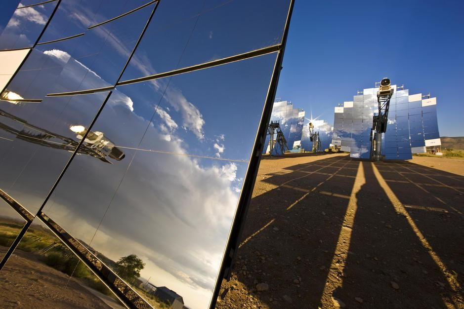 Mirror arrays concentrate light making electricity in Alburquerque, New Mexico. USA. [Photo of the day - September 2011]