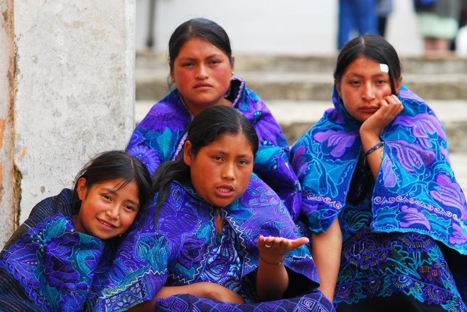 Zinacantan (State of Chiapas), Mexico: Girls donned in deep blue and purple outfits sit on... [Photo of the day - سپتامبر 2012]