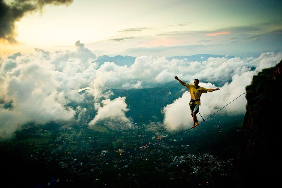 Rio de Janeiro, Brazil: Climber Hugo Langel walks the slackline high above Rio. This image is... [Photo of the day - سپتامبر 2012]