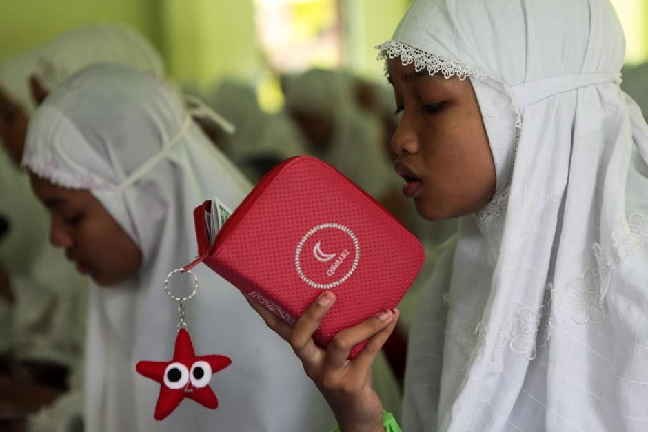 Ponorogo, East Java, Indonesia: A student studying the Koran  at the Al Mawaddah Women's Islamic... [Photo of the day - سپتامبر 2012]