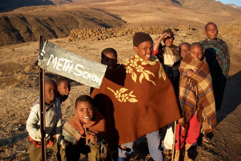 Young Basotho children in Africa gather around a sign for their school. This image is from... [Photo of the day - 十一月 2012]