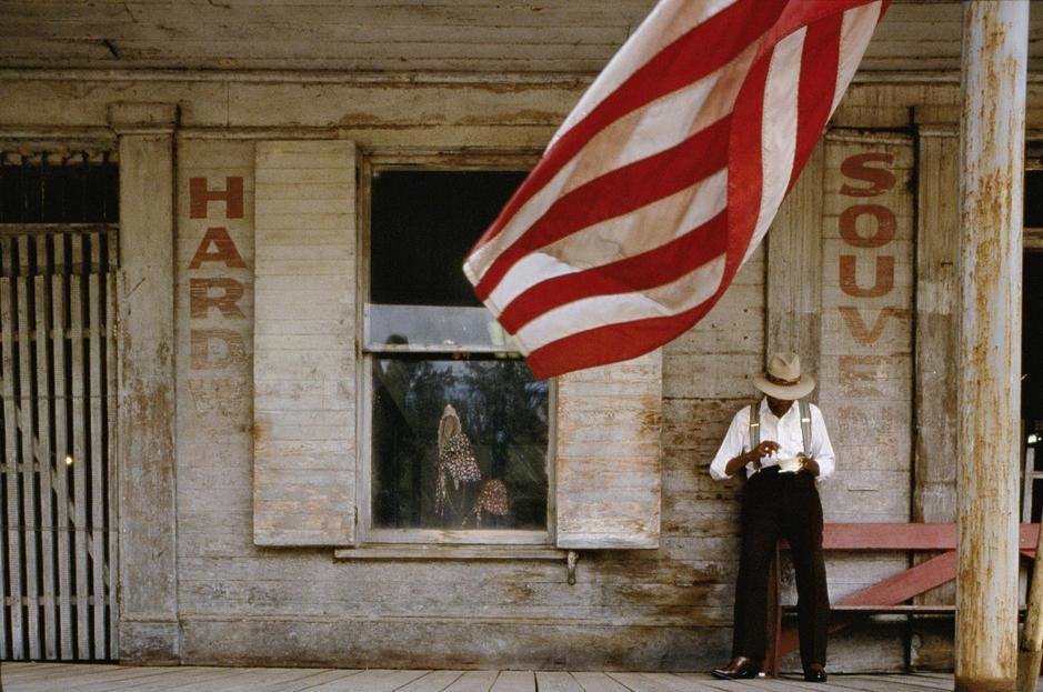 یک مرد در محوطه جلوی یک مغازه قدیمی در لورمان ایالت... [Photo of the day - ژولیه 2011]
