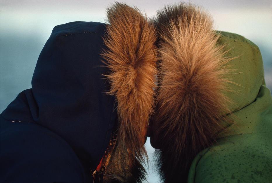 اثنان من سكان الإسكيمو يقومان بقبلة تقليدية... [Photo of the day - أكتوبر 2011]