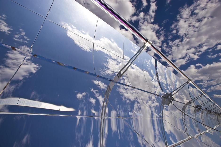 مرايا جمع مكافئة في محطة حرارية تعمل بالطاقة الشمسية... [Photo of the day - أكتوبر 2011]