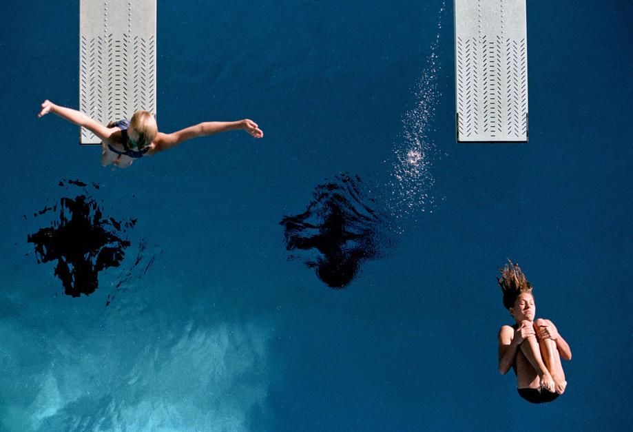 غطاسان يقومان بالإحماء على منصة القفز قبل مسابقة غطس... [Photo of the day - أكتوبر 2011]