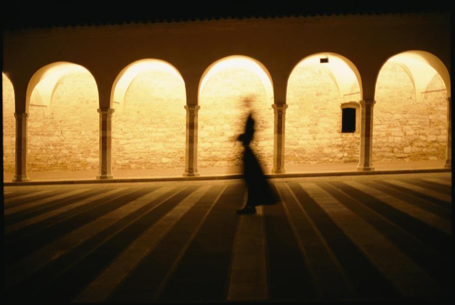 سایه شبح گونه یک راهب که از میان کلیسای باسیلکا دی... [Photo of the day - ژولیه 2011]