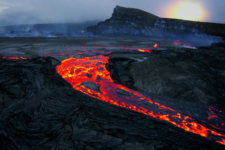 Kilauea coast, Big Island, Hawaii: Lava pour over the Pu'u O'o crater rim in an eruption of the... [Photo of the day - مارس 2013]