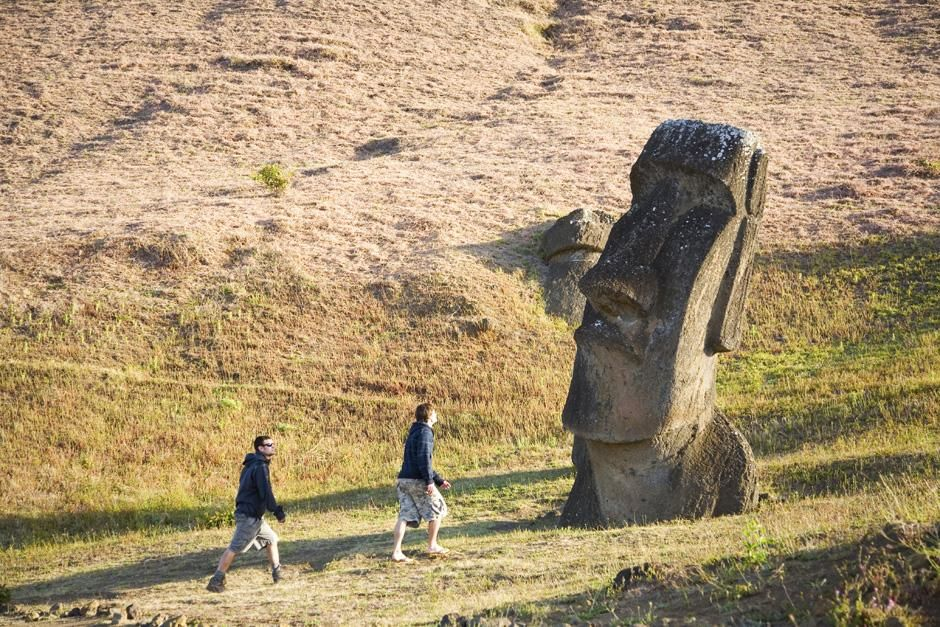 Scott Wilson and Justin Lukach hike past a statue on Easter island. This image is from Departures. [Photo of the day - 三月 2013]