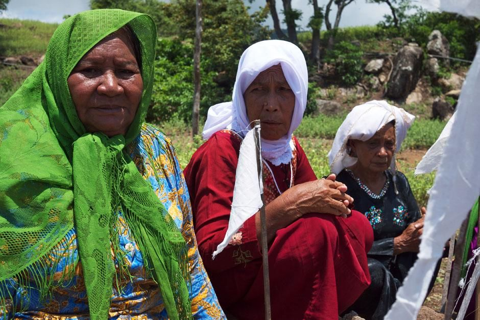 A close-up of three local women who participated in a ceremony in honor of the Komodo Dragon in... [Photo of the day - مارس 2013]