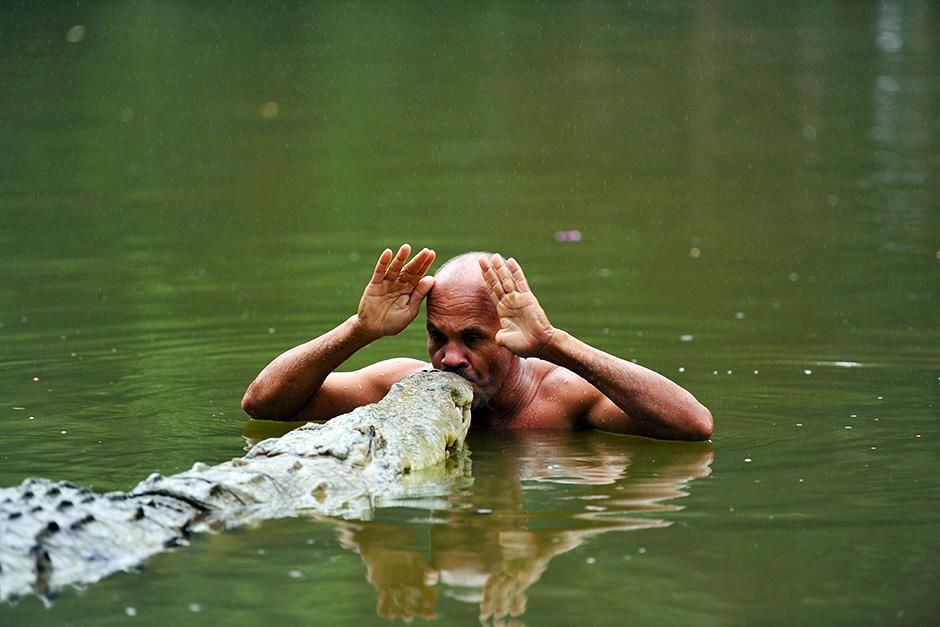 "Africa: Roger Horrocks has heard stories of men ""calling"" wild crocodiles out of the... [Photo of the day - اگوست 2013]"