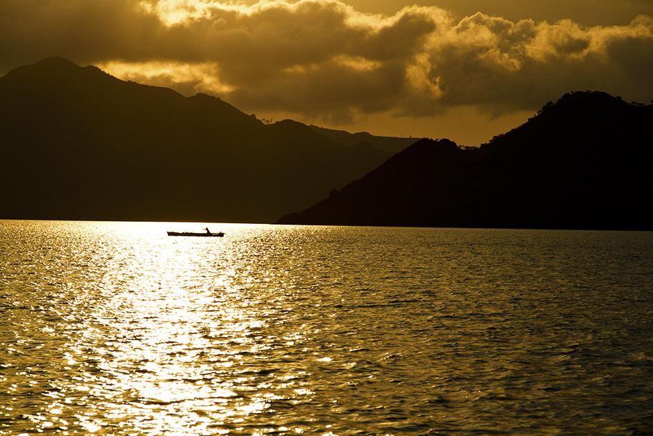 إندونيسيا: تلقي الشمس بأشعتها على قارب صغير في البحر.... [Photo of the day - سبتمبر 2013]