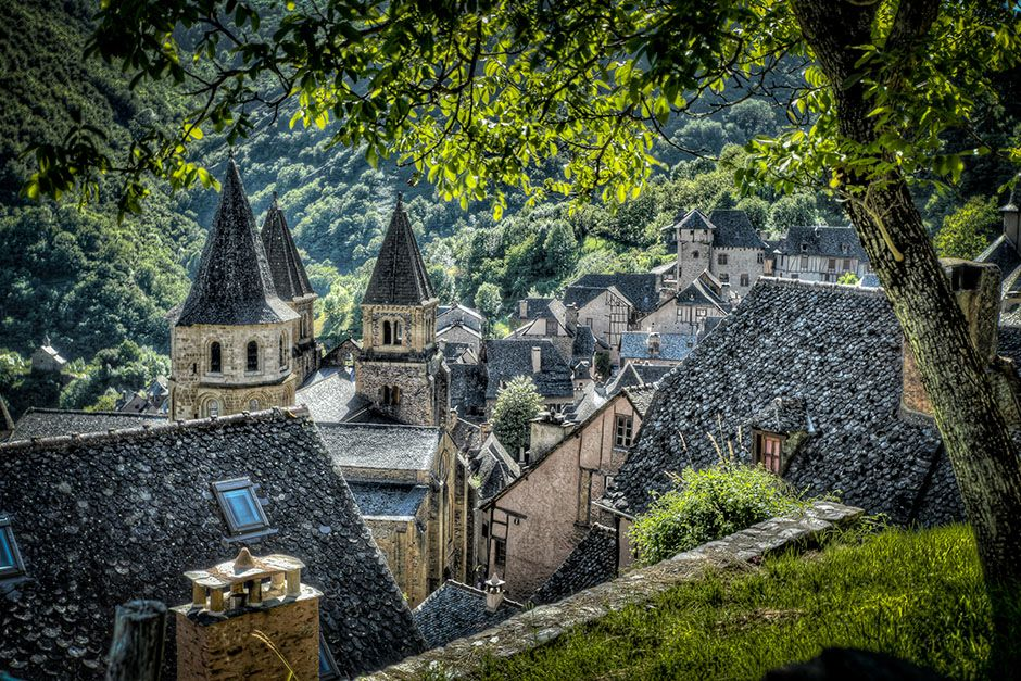 Francia: Villaggio di Conques fotografato tra alcuni alberi. [Foto del giorno - December 2013]