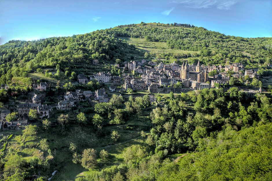 Francia: scatto del panorama del Villaggio di Conques. [Foto del giorno - December 2013]