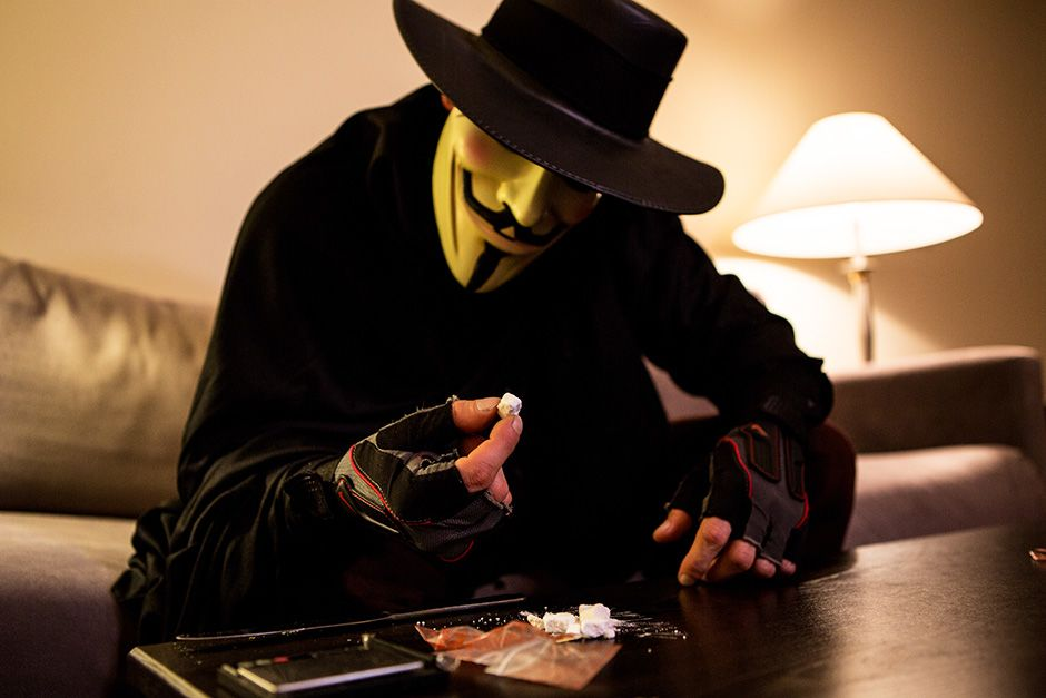Miami, Florida, USA: South beach cocaine dealer in a mask inspecting his stash. This image is... [Photo of the day - دسامبر 2013]
