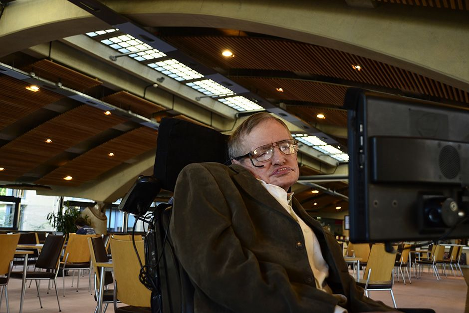 Cambridge, UK: Stephen Hawking photographed at his Mathematics Centre in Cambridge. This image... [Photo of the day - دسامبر 2013]