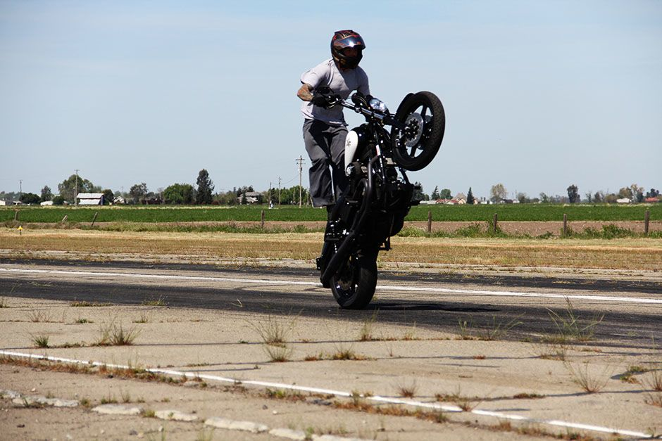 Kingdon Airport, Lodi, California, USA: Nick Leonetti performing a stand-up wheelie. This image... [Photo of the day - ژانویه 2014]