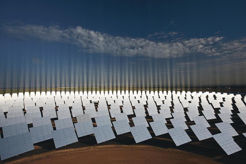 آینه هاس خورشیدی نیروگاه سویل، در حال جذب نور. [Photo of the day - فوریه 2011]