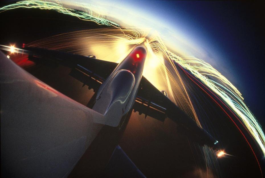 شهر و چراغ های باند پرواز توسط یک دوربین متصل به تیغه... [Photo of the day - ژولیه 2011]