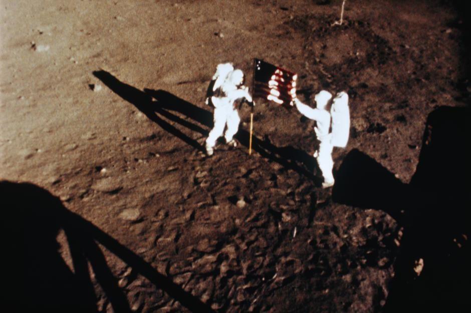 فضانوردان آرمسترانگ و آلدرین در حال برافراشتن پرچم... [Photo of the day - فوریه 2011]