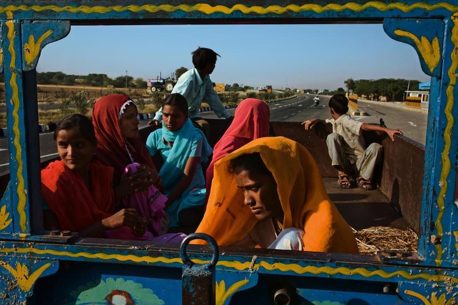 کارگران مسافر در بزرگراه گلدن کوادریلاترال، پالو-... [Photo of the day - فوریه 2011]