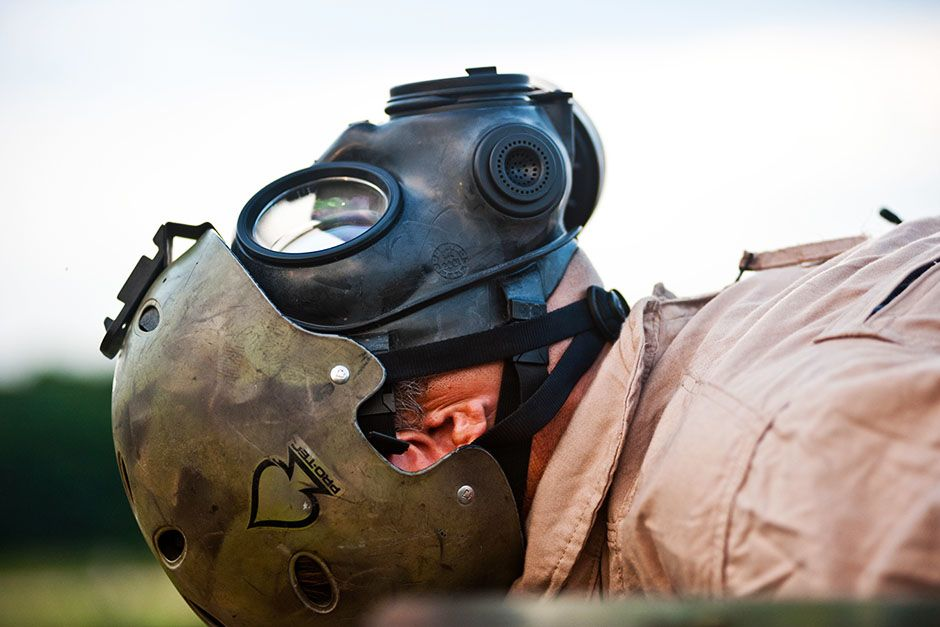 Hope Mills, North Carolina, USA: Mike Evock is preparing for a biological or chemical attack on... [Photo of the day - فوریه 2014]
