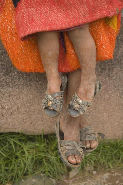 پاهای یک مادر پرویی و فرزندش با لباس محلی -... [Photo of the day - فوریه 2011]