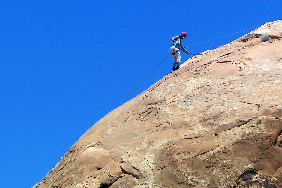 Michelle Blackwell rappelling down a cliff in Moab, Utah, USA. This image is from Going Wild. [Photo of the day - أبريل 2014]