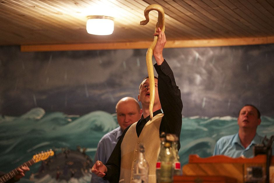 LaFollette, TN: Pastor Andrew holds up an albino snake. This image is from Snake Salvation. [Photo of the day - أبريل 2014]