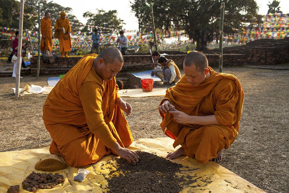 In Lumbini, Nepal, the birthplace of The Buddha. Thai monks examine dirt from the archaeology... [Photo of the day - آوریل 2014]
