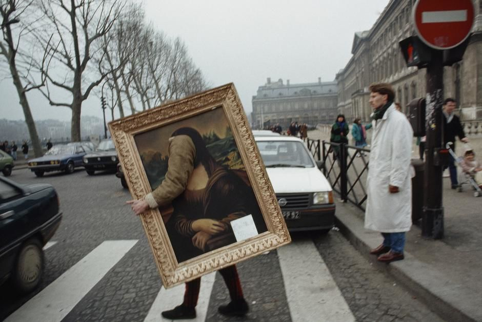 A person finds a unique way to carry a copy of the Mona Lisa across the street in Paris. [Photo of the day - مارس 2011]
