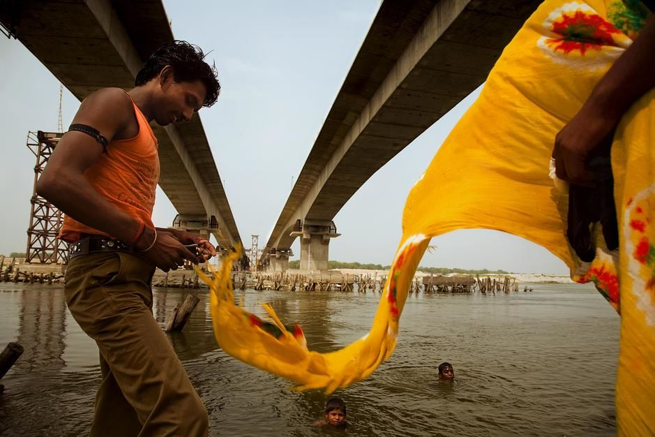 The Golden Quadrilateral Highway soars above the Ganges River in Utter Pradesh. [Photo of the day - مارس 2011]