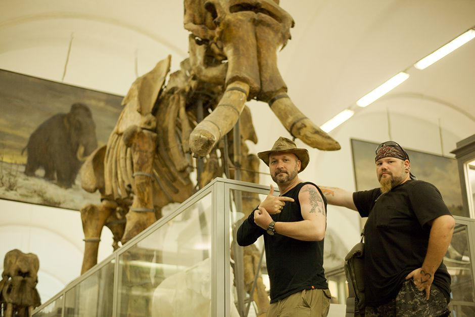 St Petersburg, Russia: Timothy King and Trevor Valle in front of mammoth skeleton at the... [Photo of the day - ژولیه 2014]