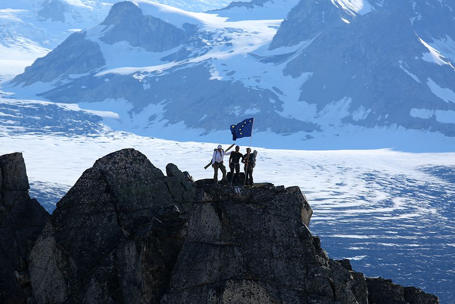 Tordrillo Range, Alaska, USA: Mountaineers team celebrating around the Alaskan flag after... [Photo of the day - ژولیه 2014]