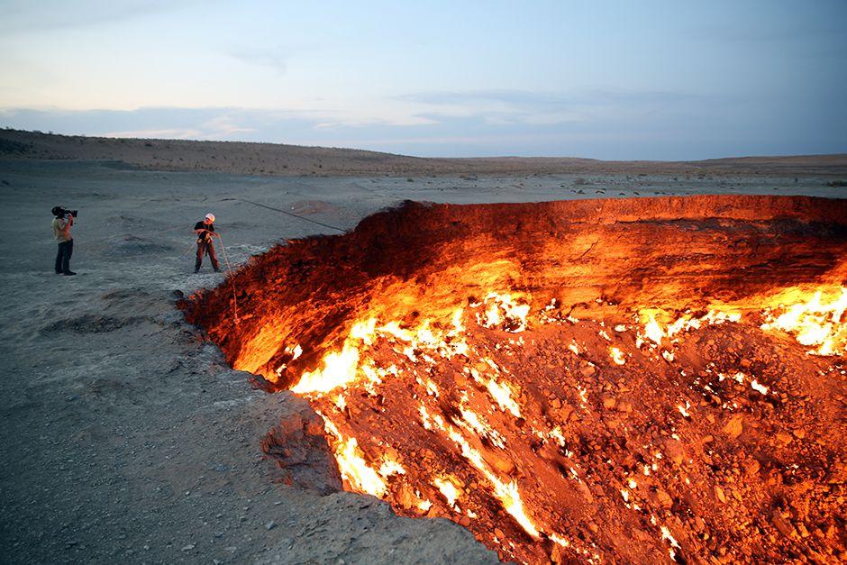 Darvaza, Karakum Desert, Turkmenistan: A cameraman films George Kourounis as he prepares to... [Photo of the day - July 2014]