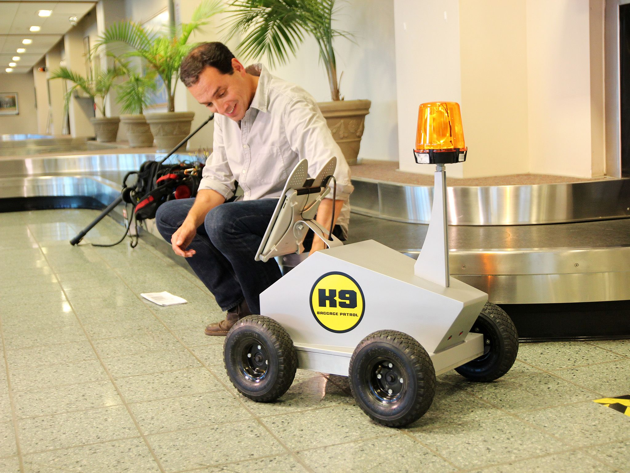 Ronkonkarma, NY:  Presenter Daniel Pink meets Robo-Dog. This image is from Crowd Control. [Photo of the day - November 2014]