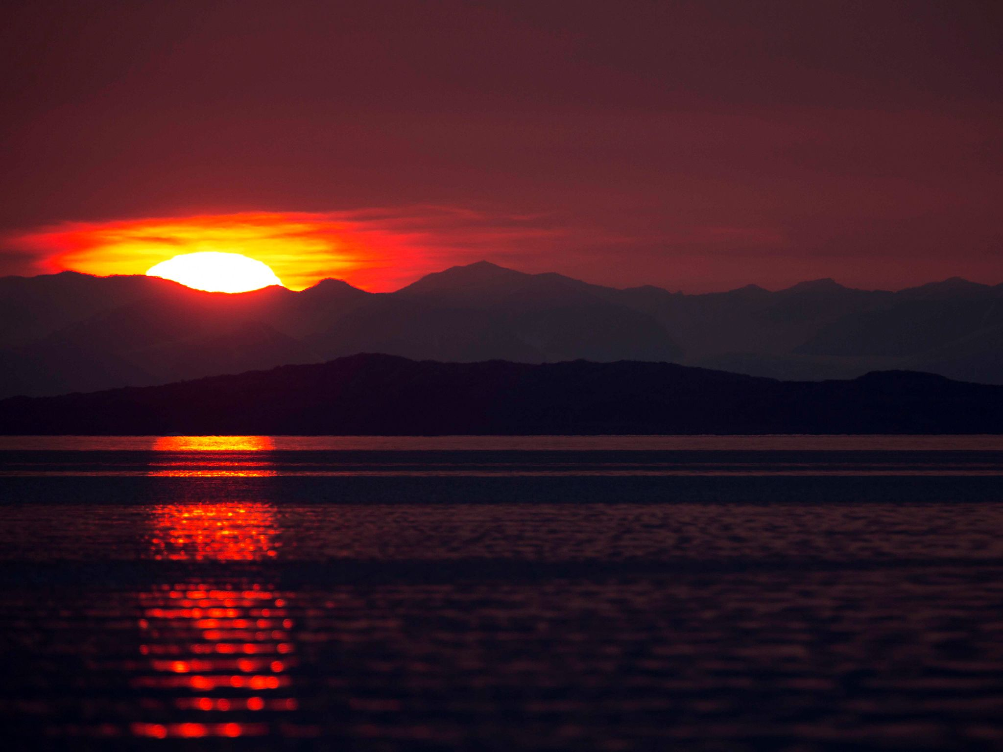 Sunset in the polar region. This image is from Invasion of the Killer Whales. [Photo of the day - December 2014]