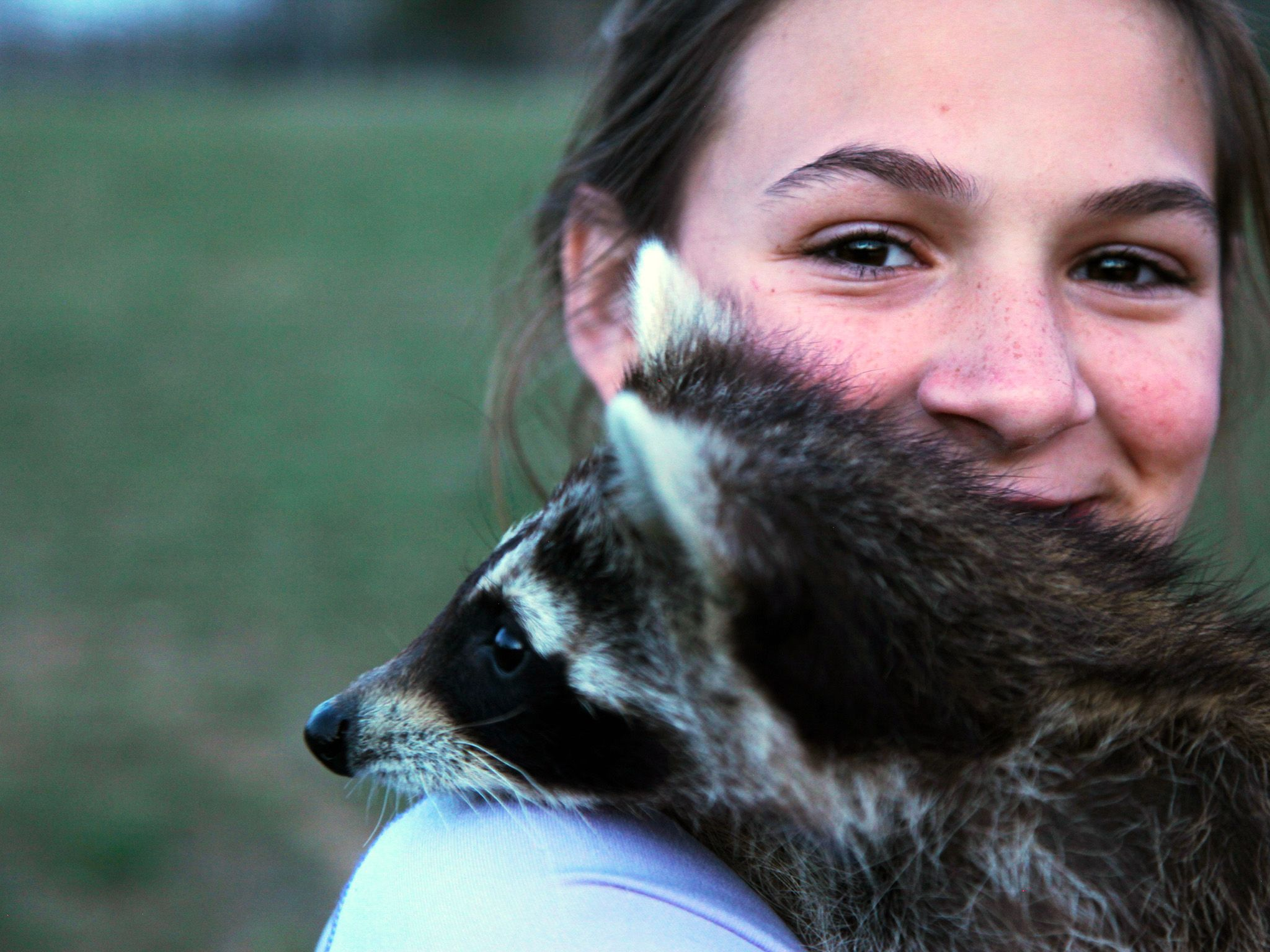 Greenville, Ky.: Sophia Allen, Kristen's daughter, says goodbye to the raccoons being released. ... [Photo of the day - ژانویه 2015]