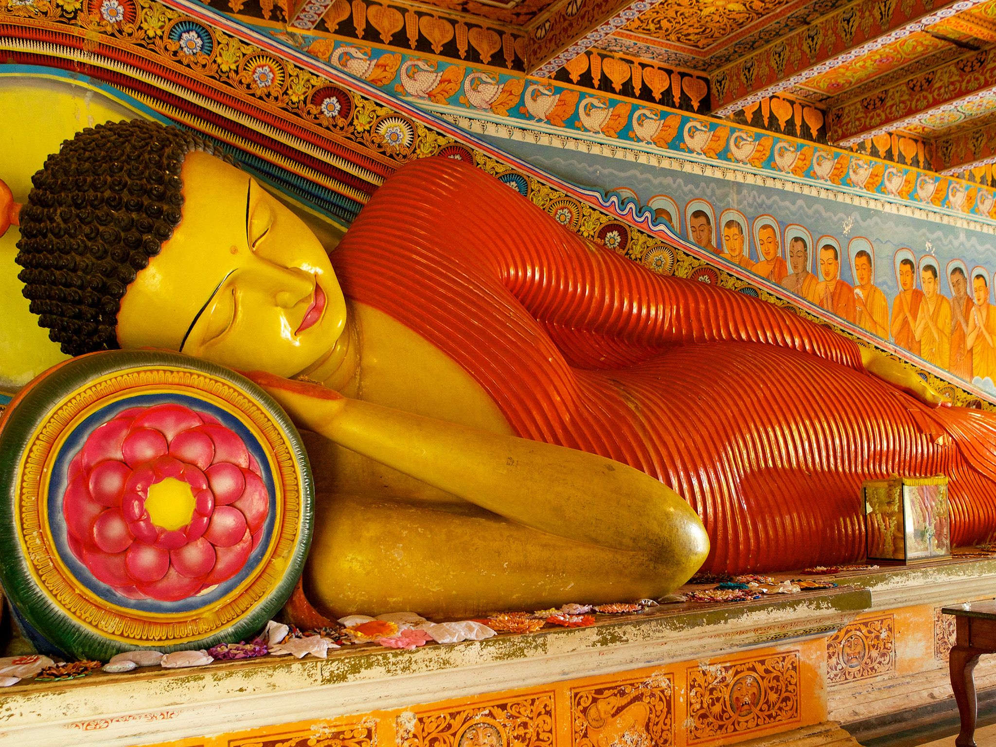 Sri Lanka A reclining Buddha in the colourfully decorated Isurumuniya Rock Temple at... [Photo of the day - مارس 2015]