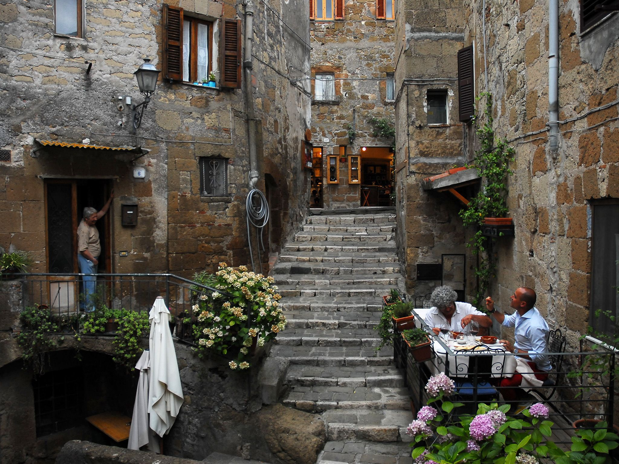 Pitigliano, Italy: Chef Domenico Pichini and David Rocco enjoy their bugliogne d agnello on the... [Photo of the day - می 2015]
