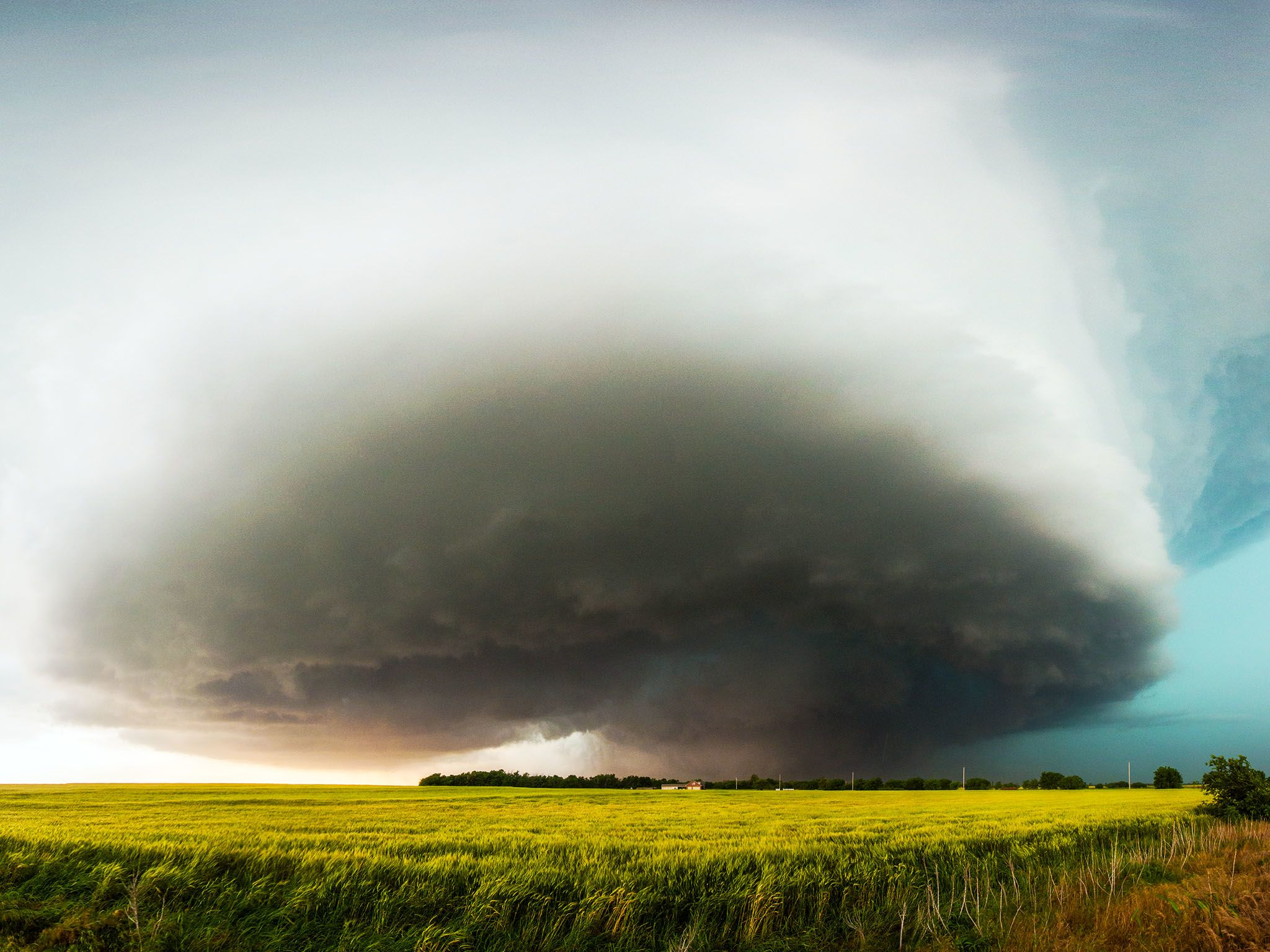 El Reno, Oklahoma.- A giant, dark wallcloud looms near the ground on May 31, 2013 threatening to... [Photo of the day - اگوست 2015]