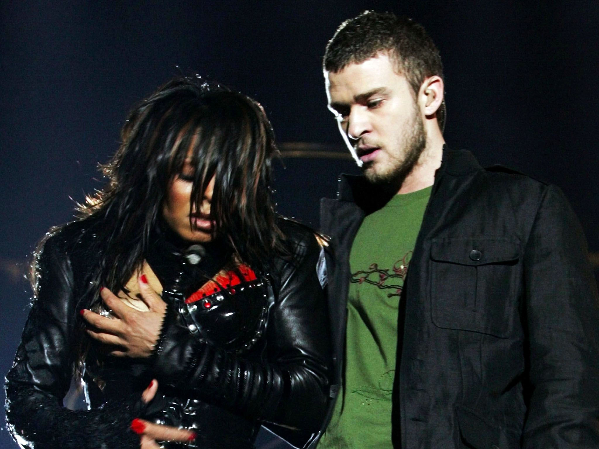 Houston, Texas - Janet Jackson (L) reacts after fellow singer Justin Timberlake ripped off one... [Photo of the day - اگوست 2015]