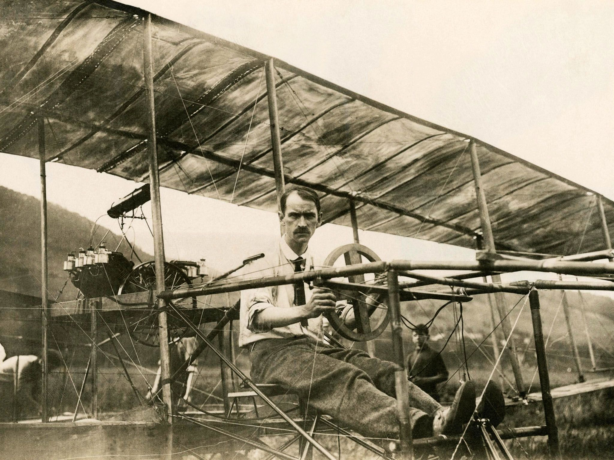 Glenn Curtiss in his Biplane, July 4, 1908. This image is from American Genius. [Photo of the day - اگوست 2015]