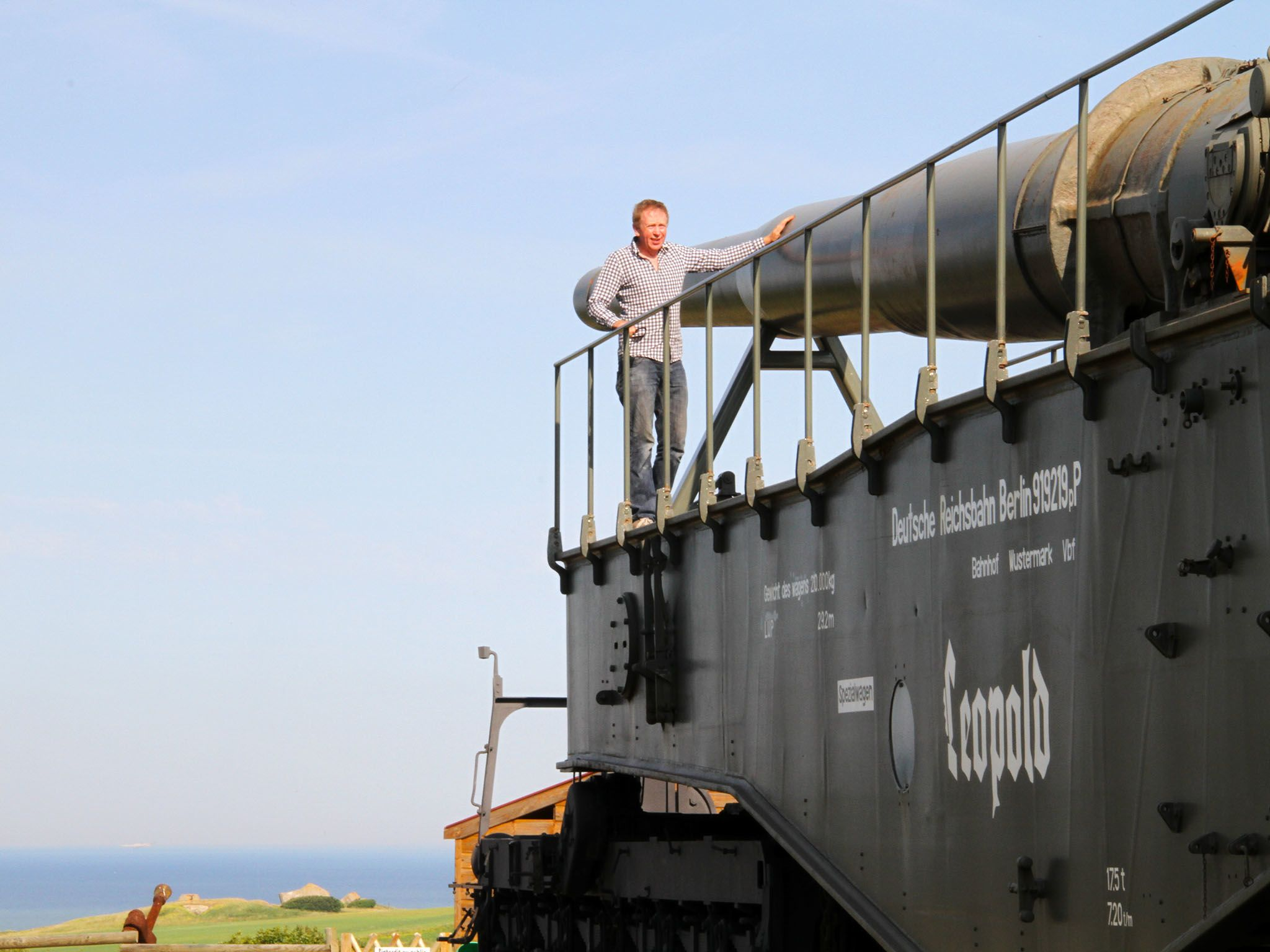 Hugh Hunt in front of a Nazi Railway gun in France. This image is from Hitler's Supergun. [Photo of the day - مارس 2016]