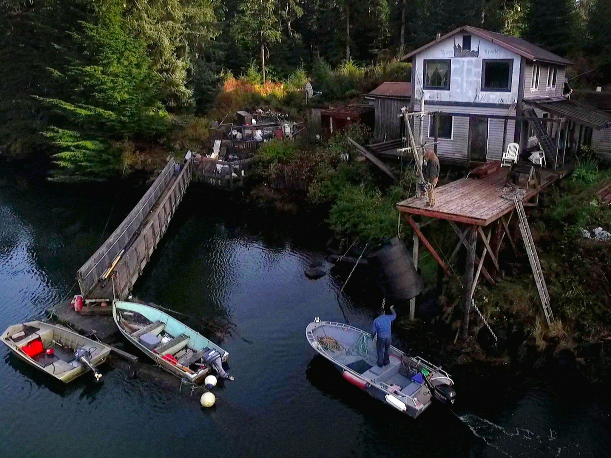 Port Protection, Alaska: Sam e il suo vicino riempiono un barile di acqua sulla barca di Sam. [Foto del giorno - giugno 2016]